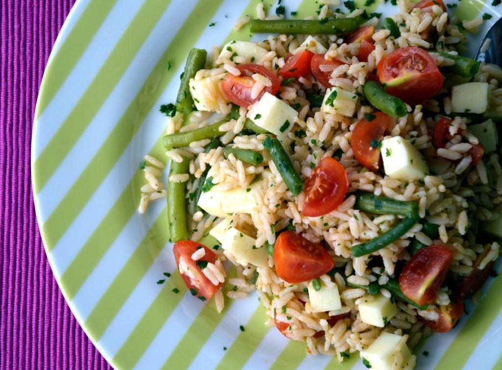 Brązowy ryż z warzywami i serem