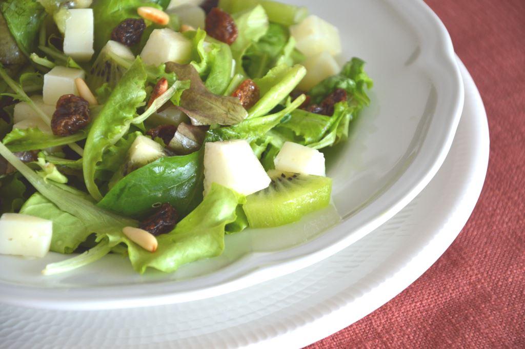 Sałatka z gruszkami, kiwi i orzeszkami piniowymi