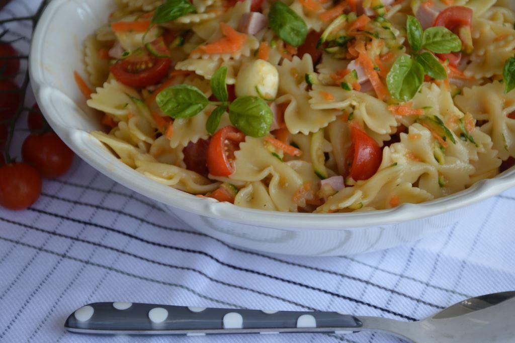 Sałatka makaronowa z mozzarellą i szynką